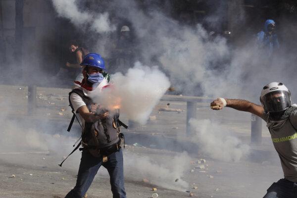 Demonštranti v uliciach Libanonu.