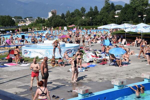 Teplé nedeľné počasie prilákalo ľudí k vode.