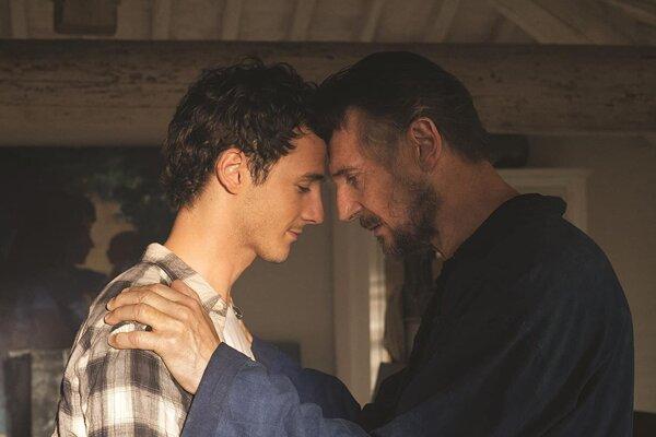 Micheál Richardson a Liam Neeson vo filme Láska v Toskánsku