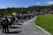 Rad turistov pred lanovkou v Tatranskej Lomnici.