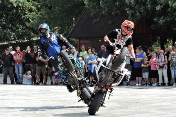 Ľudia sa tešia najmä na vystúpenie stuntriderov.