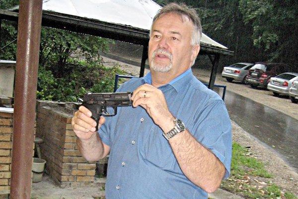 Prezentáciu pištolí predviedol technický riaditeľ Ladislav Skolpy.