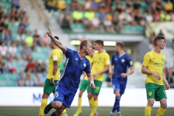 Kristián Kolčák sa už tešil z 8. gólu v 112. zápase vo Fortuna lige, napokon sa ale mával ofsajd a Nitru museli spasiť až dva góly nečakaného strelca Michala Faška.