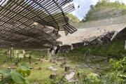 Poškodený tanier rádioteleskopu Arecibo. Tridsaťmetrová diera vznikla pádom odtrhnutého pomocného kábla.