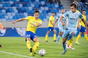 Na snímke vpravo Dávid Strelec (Slovan) a vľavo Martin Kolesár (Michalovce).