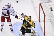 Momentka zo zápasu Boston Bruins - Carolina Hurricanes.