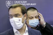 Zľava minister zdravotníctva Marek Krajčí a hlavný hygienik Ján Mikas.