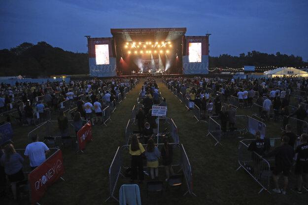 Koncert Sama Fendera v Newcastli s bezpečnou vzdialenosťou medzi divákmi.