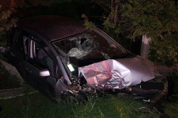 Auto zlomilo betónový plot cintorína.