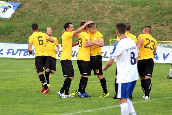 Veľké Zálužie (v žltých dresoch) v prvom kole Slovnaft Cupu vyradilo Kovarce, v stredu privíta ďalšieho štvrtoligistu z Kolárova.