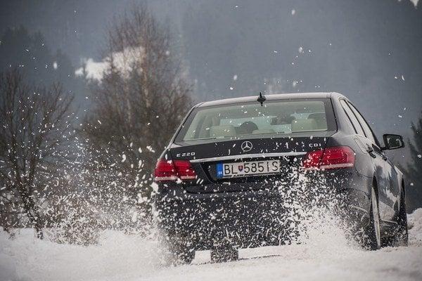Zadný pohon na snehu by prospel väčšine vodičov ako dobré tréningové náradie. Škoda, že väčšina fanúšikov motorizmu dnes siaha len po pohone všetkých kolies.