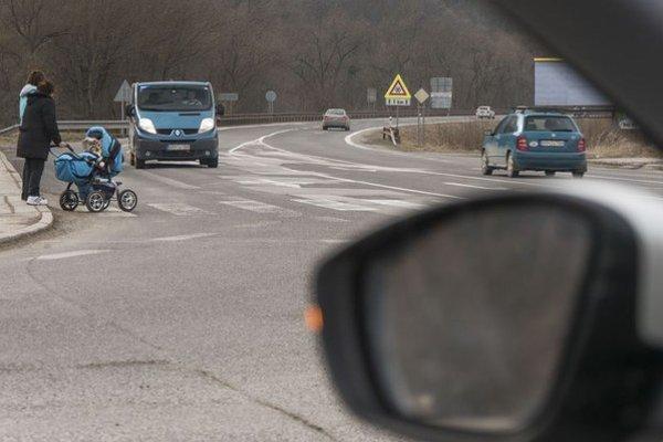 Na rozhodovanie v každodenných dopravných situáciách máme často len pár sekúnd. Problematické bývajú križovatky na cestách prvých tried bez odbočovacích pruhov a navyše s priechodmi pre chodcov.