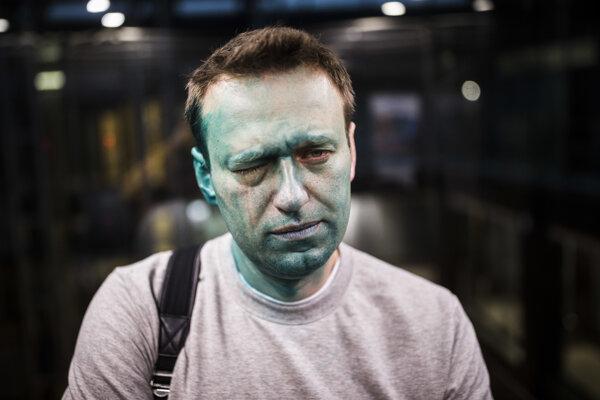 Alexej Navaľnyj v roku 2017, keď na neho zaútočil muž dezinfekčným roztokom. Po incidente čiastočne oslepol na jedno oko.