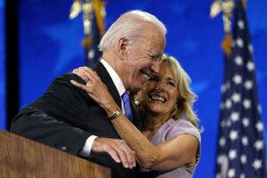 Joe Biden s manželkou Jill v priebeu ceremoniálu oficiálneho prijatia prezidentskej nominácie vo Wilmingtone