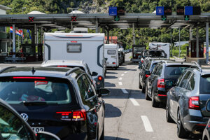 Autá s turistami vracajúcimi sa z Chorvátska čakajú v kolóne na hraničnom priechode Dragonja medzi Slovinskom a Chorvátskom po zaradení Chorvátska do červeného zoznamu epidemiologicky rizikových krajín v nedeľu 23. augusta 2020.