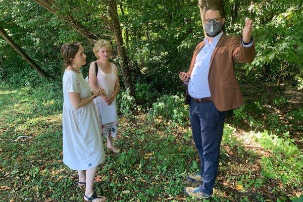 Monika Suchánska zo Živice, Marta Popríková zo Správy mestskej zelene a viceprimátor Marcel Gibóda našli vhodnú lokalitu pri krematóriu.