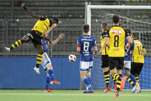 Jean-Pierre Nsame (vľavo) strieľa gól v zápase Young Boys Bern - KÍ Klaksvík.