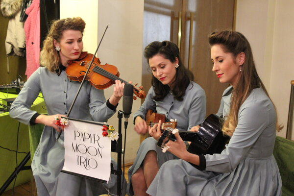 Paper Moon Trio - zľava Kristína Uhlíková, Barbora Medeková, Andrea Kružliaková.