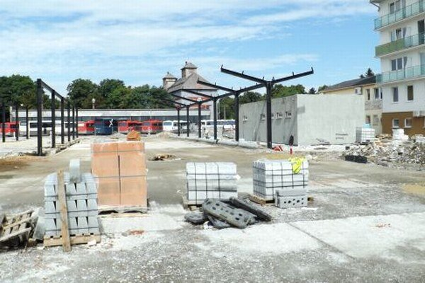 Nové konštrukcie budúcich prístreškov na autobusovej stanici. V novostavbe vpravo budú toalety, priestor pre matky s deťmi a úschovňa batožín.