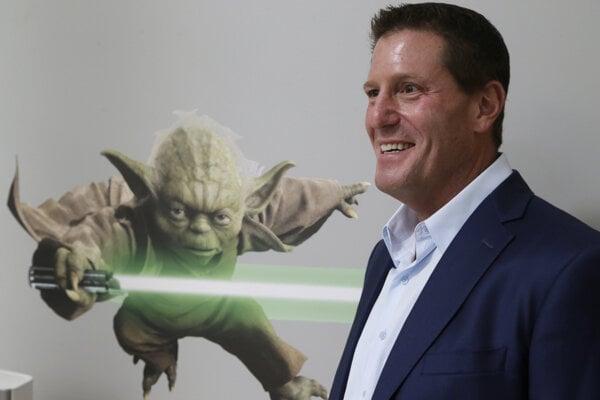 Šéf TikToku Kevin Mayer po veľkom politickom tlaku na spoločnosť z Bieleho domu opúšťa firmu po necelých troch mesiacoch.