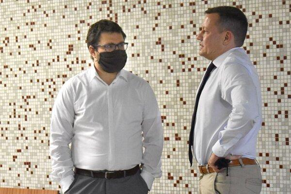Vľavo novinár Lukáš Milan, vpravo jeho obhajca Daniel Lipšic.