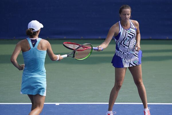 Iga Swiateková a Viktória Kužmová (vpravo) na turnaji WTA v New Yorku.