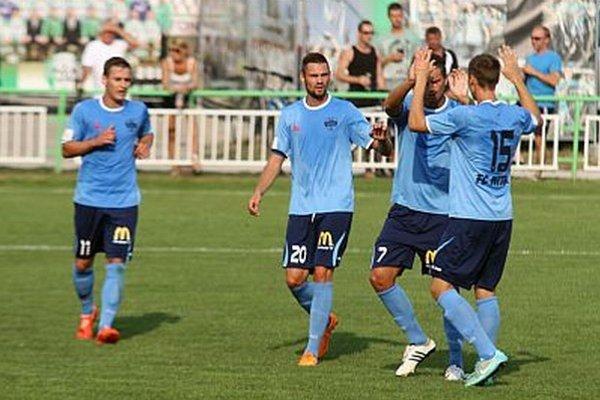 Zľava Šmehyl, Valenta, Paukner a Ivančík po jednom zo šiestich gólov v domácej sieti.