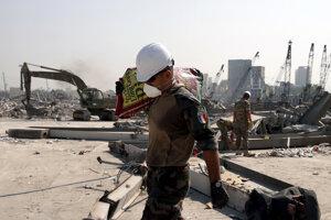 Francúzsky vojak počas prác na mieste masívneho výbuchu v Bejrúte.