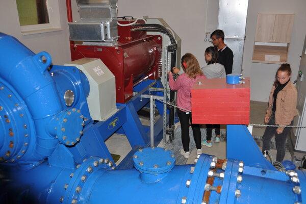 V strojovni malej vodnej elektrárne v Zuberci v Plavisku.