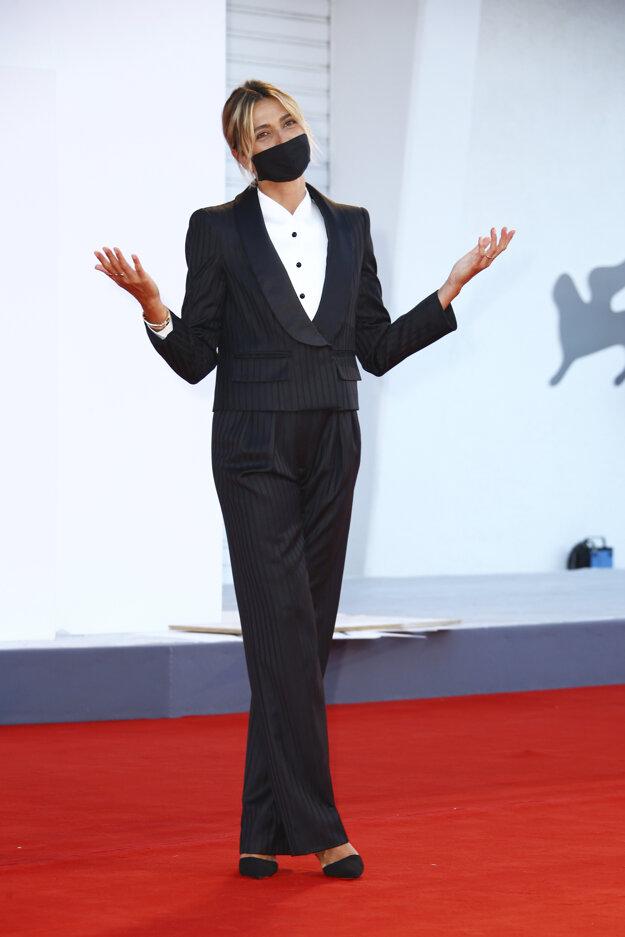 Herečka Anna Foglietta v kostýme značky Armani