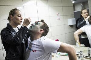 Alexeja Navaľného ošetruje jeho manželka Julia po útoku v Moskve v roku 2017.