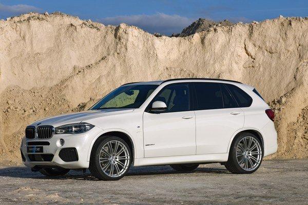 Upravený model BMW X5 presne kopíruje chute dnešných zákazníkov SUV - záujem o vysoký výkon a jazda výlučne po asfaltových cestách.
