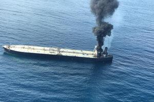 Na uhasenie požiaru nasadili 16 lodí a štyri lietadlá.