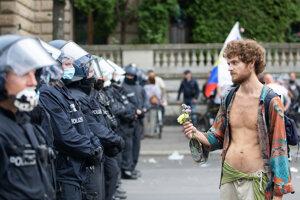 Odpor voči rúškam spojil pred týždňom neonacistov aj pokojných demonštrantov.