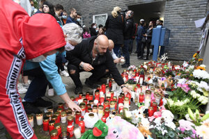 Ľudia zapálili sviečky a priniesli kvety, hračky a balóniky s menami detí - Melina, Leonie, Sophie, Timo a Luca.