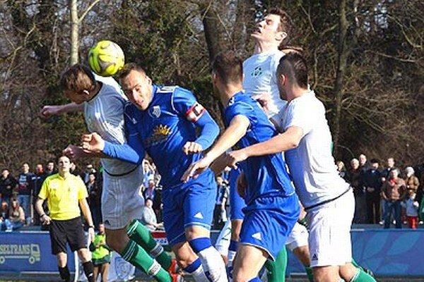 Zápasy popredných tímov boli divácky atraktívne. Na duel Gabčíkova s Veľkým Mederom prišlo 1400 ľudí.