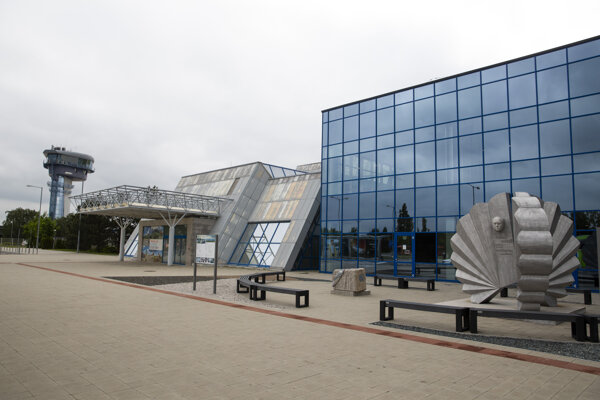 Vpravo zreštaurovaný pamätník Štefana Baniča a vľavo základný kameň terminálu na Letisku M. R. Štefánika.