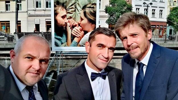 Marko Škop pred premiérou filmu Nech je svetlo v Karlovych Varoch. V strede herec Milan Ondrík, vľavo kameraman a producent Ján Meliš.
