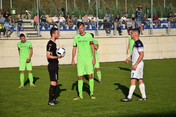 Lukáš Blaščík (v strede, v zelenom) strelil cez víkend dva góly do siete Stráňav. Ilustračné foto.