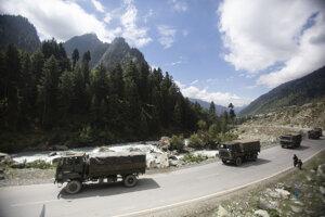 Presun indických jednotiek v Himalájach.
