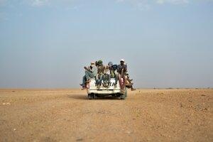 Na archívnej snímke z júna 2018 Nigérijčania a migranti z tretích krajín cestujú smerom do Líbye z nigerského Agadezu.