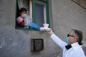 Počas prvej vlny pandémie mestá obedy seniorom roznášali.