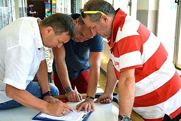 Zľava tréner Meszlényi, asistent Hrdina a masér Chrenko.