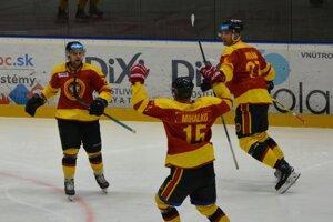 Topoľčianski hokejisti pokrstili nové dresy výhrou nad Zvolenom. Vľavo sa z gólu na 3:2 teší strelec Martin Kalináč.