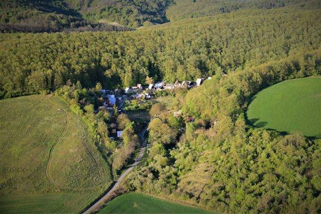Údolie želovských pivníc je malebnou oázou a trochu skrytým rajom pre vinárov.