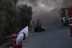 Dym spôsobený požiarom v utečeneckom tábore Moria na Lesbose.