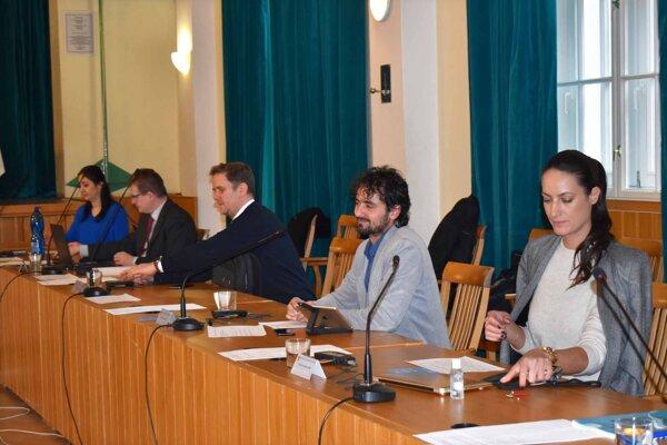 Staromestskí  poslanci dali Petrovčikovi mandát na nové rokovania s radnicou.