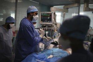 Zdravotníci ošetrujú pacienta s diagnózou Covid-19 v nemocnici v Marseille.