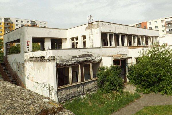 Nová škôlka bude v tejto budove na Nedbalovej. Firma si v stredu prevzala stavenisko.