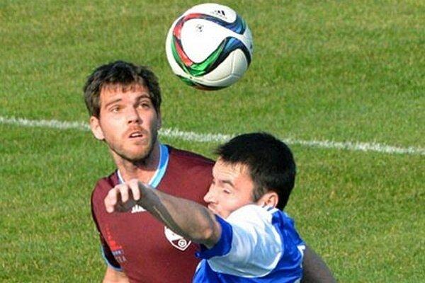 Marek Kostoláni (vľavo) začal minulú sezónu ako kapitán, teraz si môže hľadať nový klub.